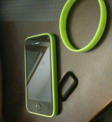 Качество сигнала iPhone 4 улучшит резиновый браслет