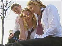 школьники с сотовым телефоном