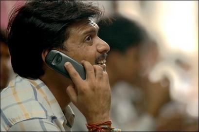 житель Индии с мобильнім телефоном