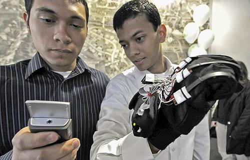 Лёгким движением руки чудо-перчатка превращает жесты в слова на мобильнике