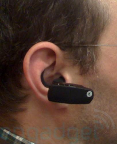 Motorola представит Bluetooth-гарнитуру, передающую звук через костную ткань